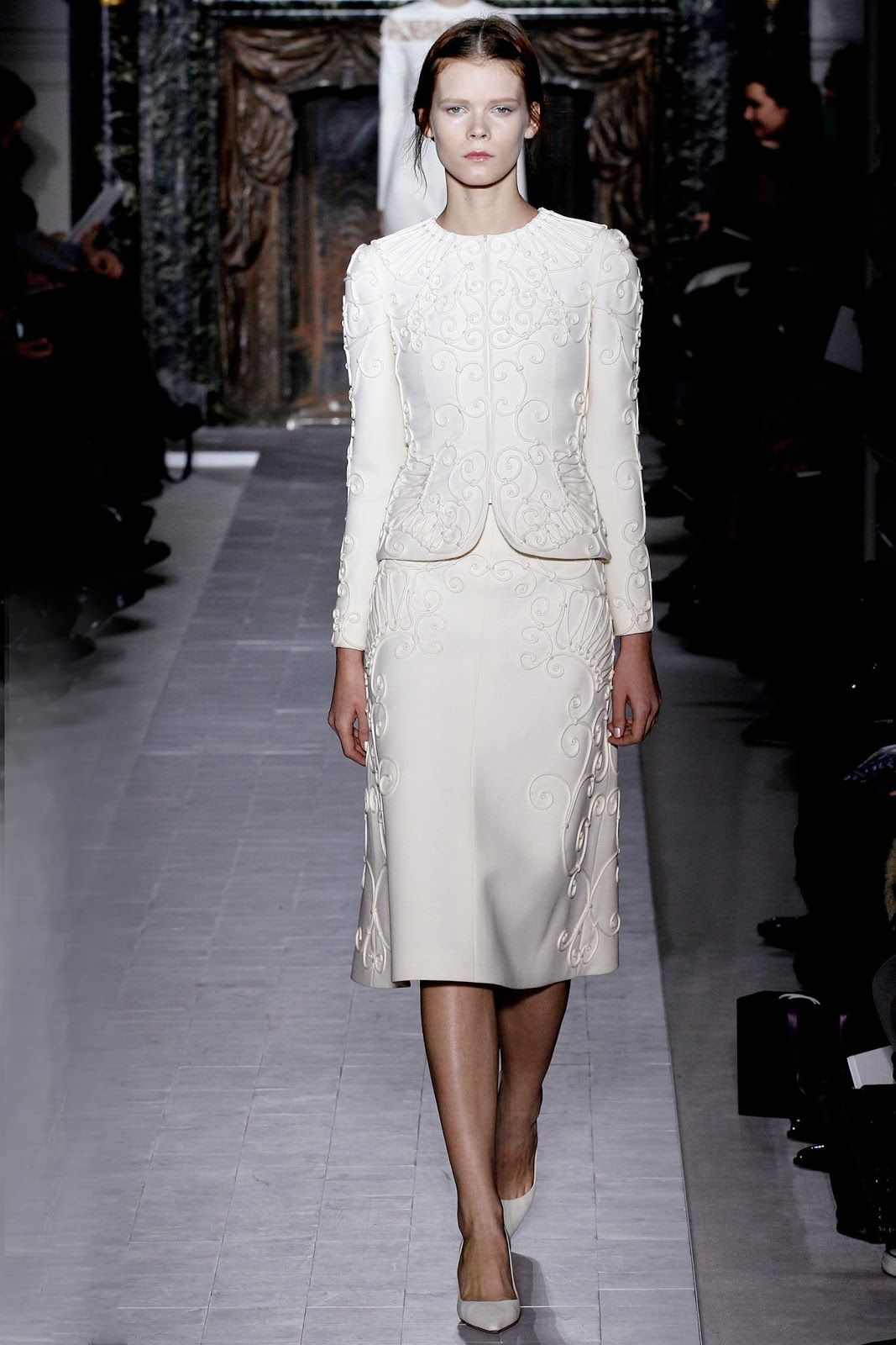 Fashion a white carousel for Haute couture suits
