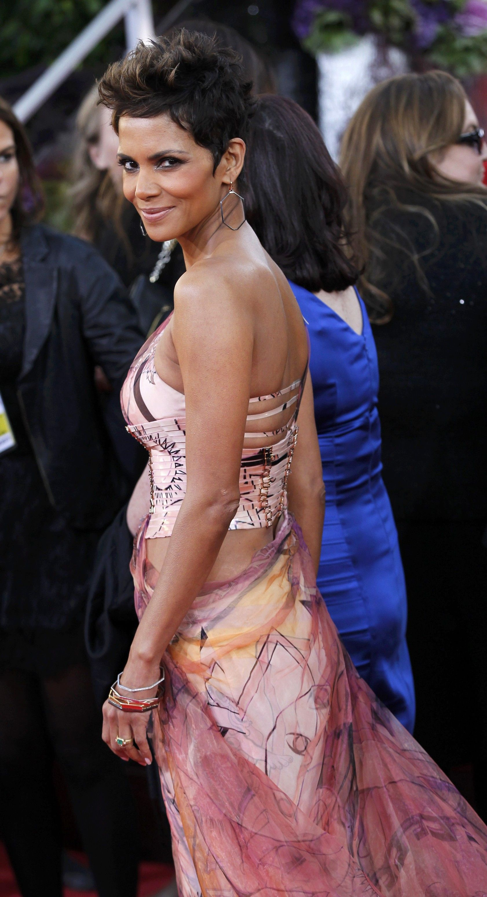 Halle Berry arrives at the 70th Annual Golden Globe Awards in Beverly Hills 13.1.2013_06
