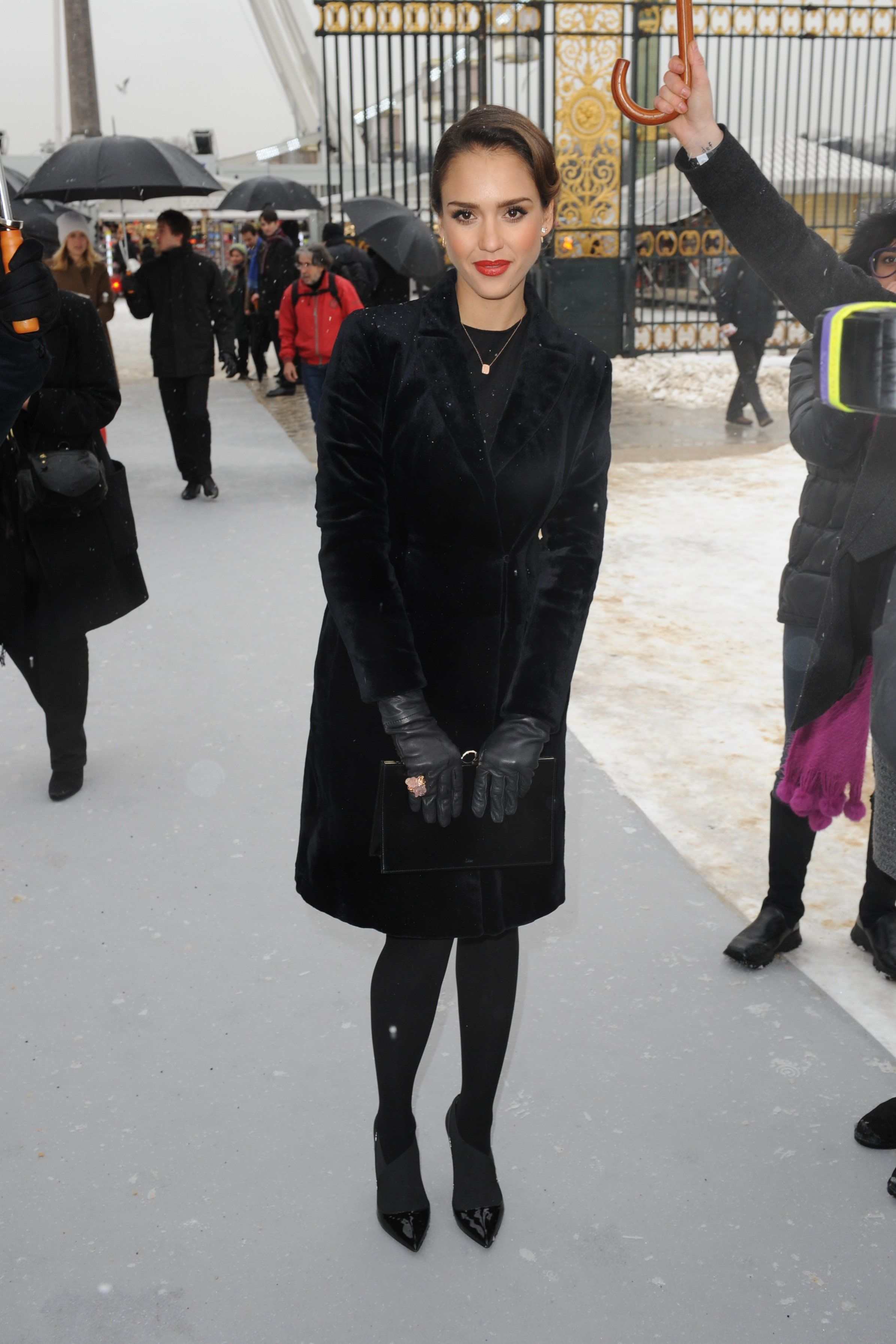 Jessica_Alba_Dior_SS_2013_Haute_Couture_show_at_PFW_012113_01