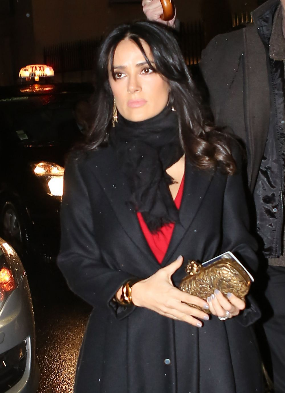 Salma_Hayek_arrives_for_the_Giambattista_Valli_Spring_Summer_fashion_show_at_the_gilded_Italian_Embassy_in_Paris_21.1.2013_04