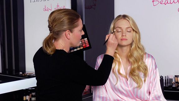 080812-how-to-bombshell-makeup-kit-video-575x323