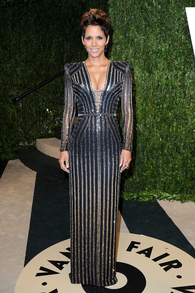 Halle Berry attends the 2013 Vanity Fair Oscars Party in West Hollywood 24.2.2013_06