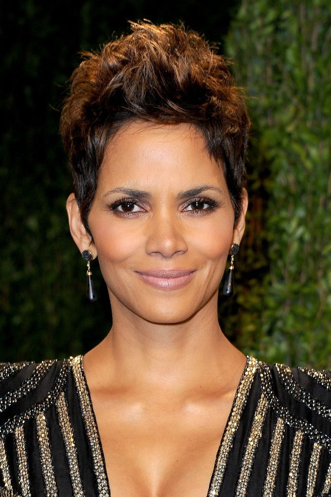 Halle Berry attends the 2013 Vanity Fair Oscars Party in West Hollywood 24.2.2013_12