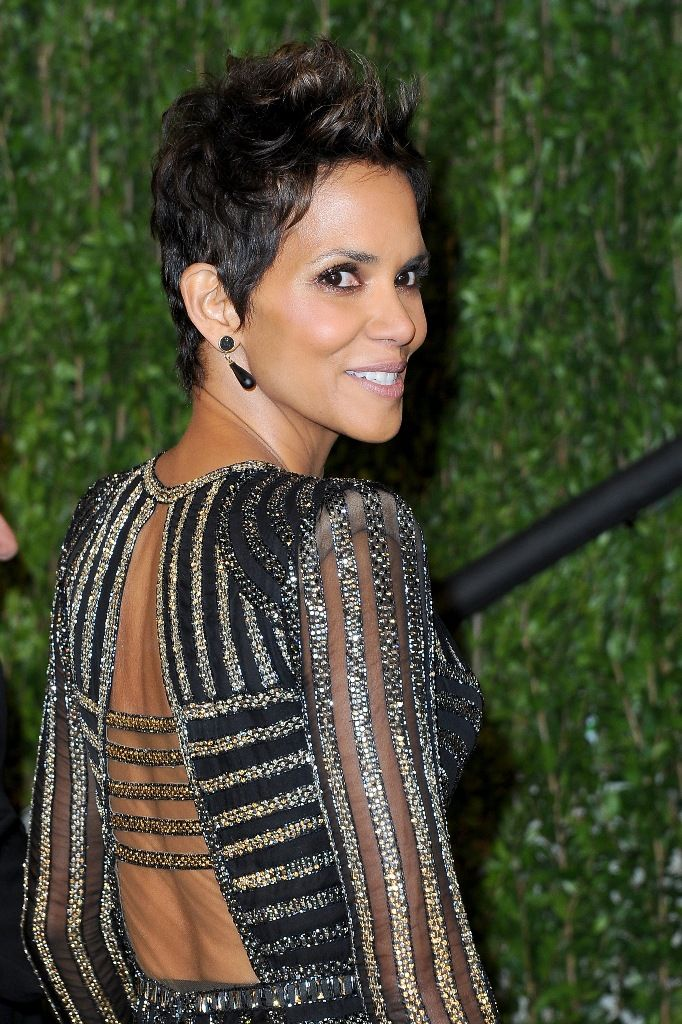 Halle Berry attends the 2013 Vanity Fair Oscars Party in West Hollywood 24.2.2013_20