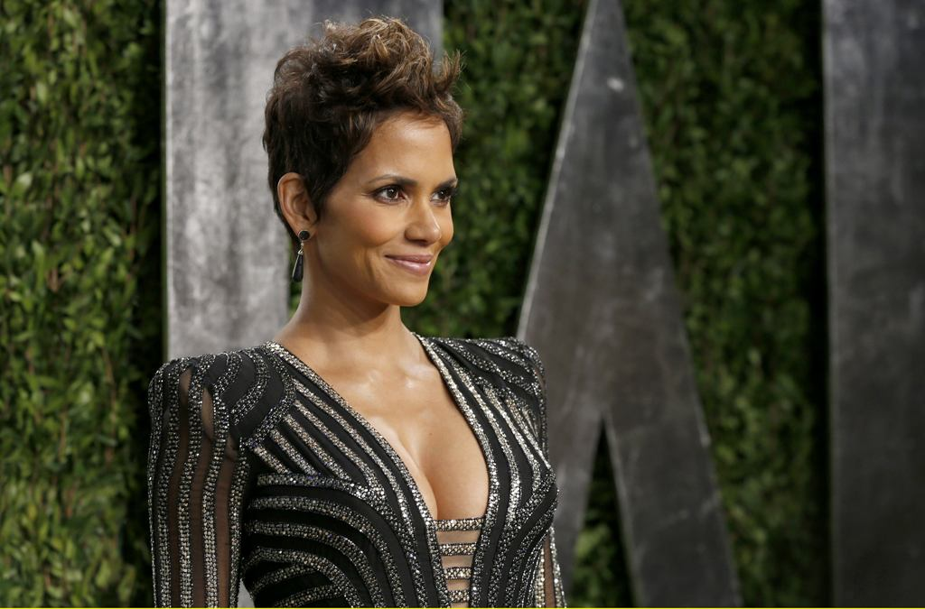 Halle Berry attends the 2013 Vanity Fair Oscars Party in West Hollywood 24.2.2013_25