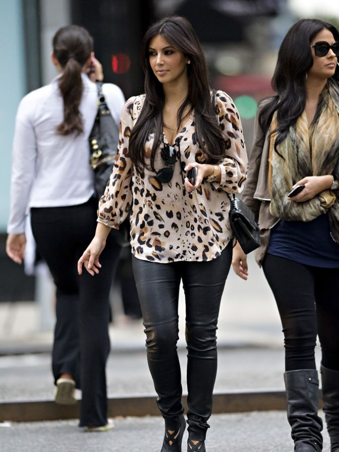 Kim-Kardashian-Leather-Pants-Hails-Cab-Park-Avenue-South-New-York-City-09242011-08-675x900