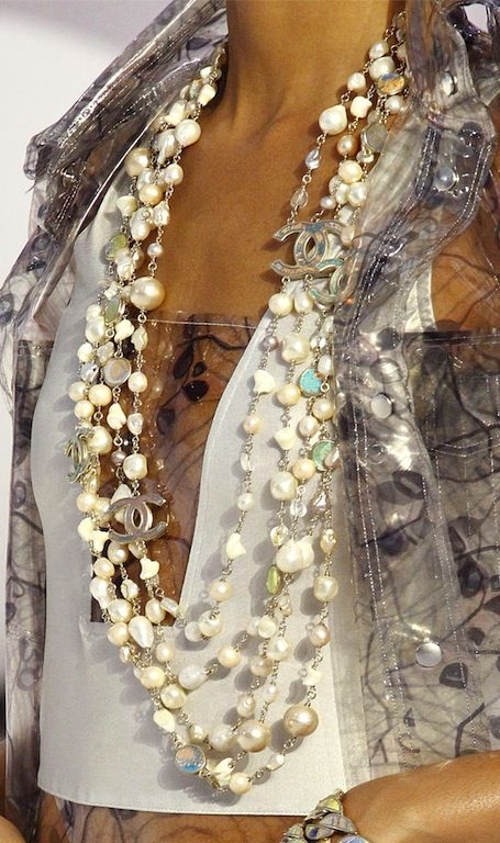 long pearl necklace how to wear