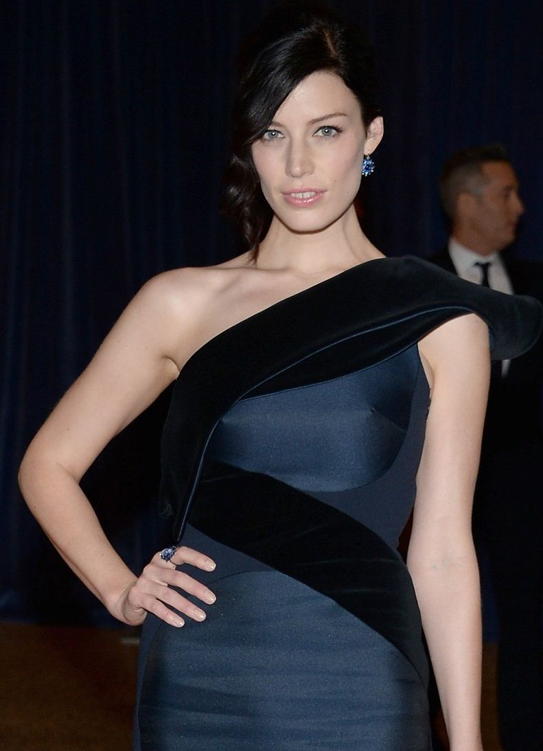 jessica-pare-white-house-correspondents-dinner-2013-red-carpet-06