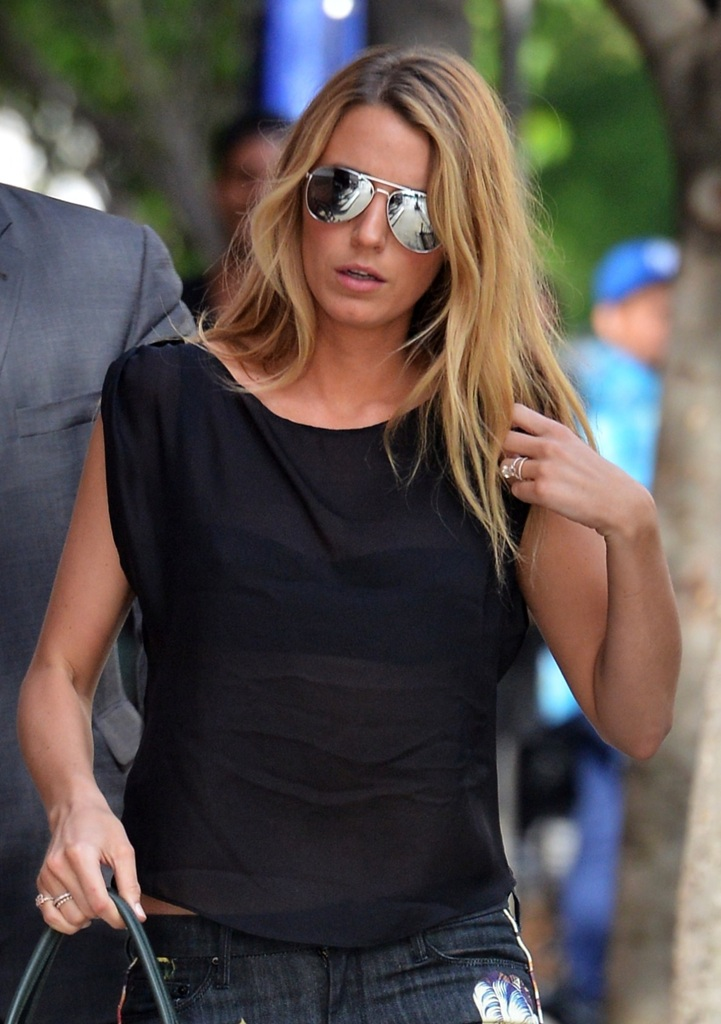 celebrity-paradise-1.com-The_Elder-_Blake_Lively_2013-05-07_-_coming_in_the_Jane_hotel_in_West_Village