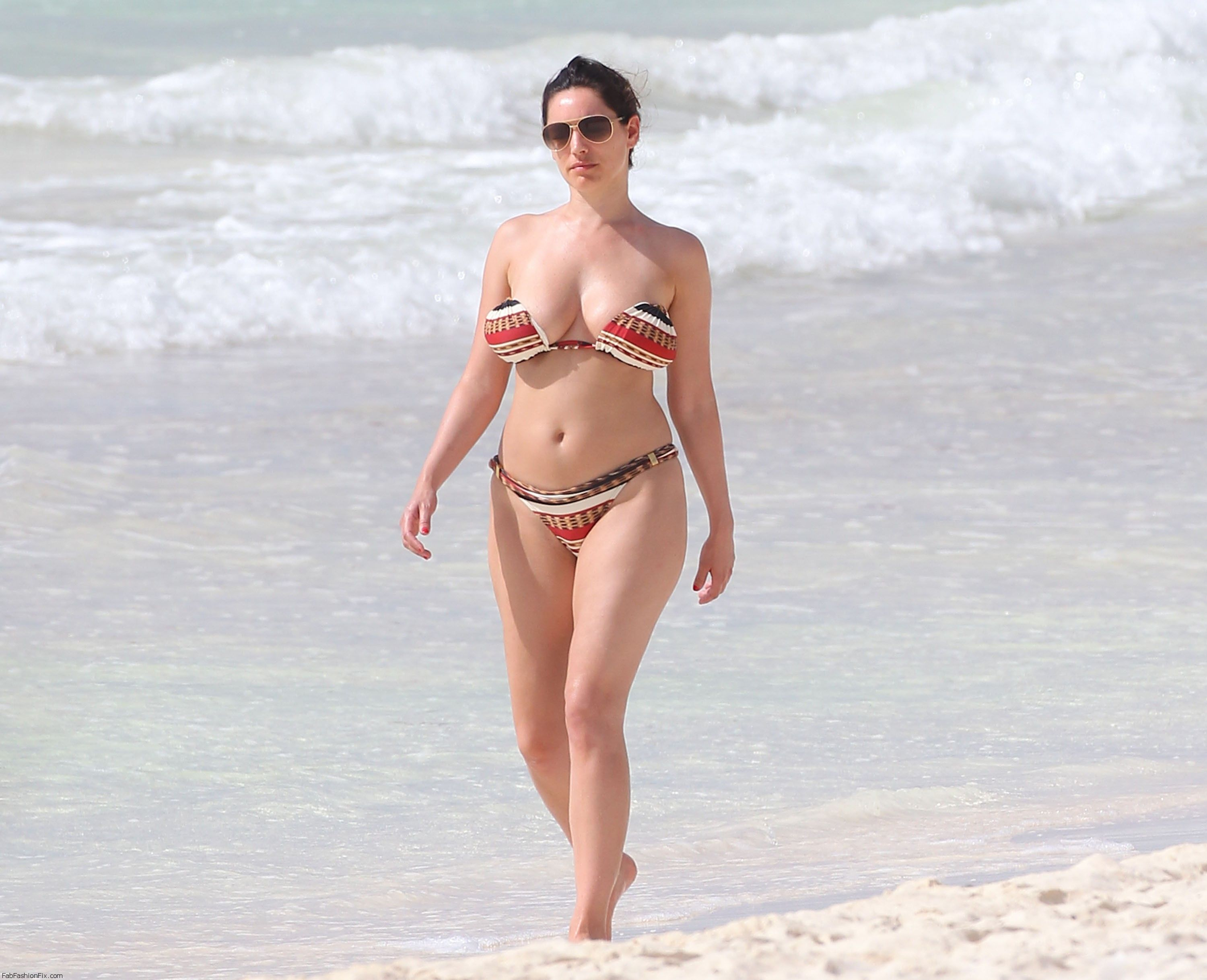 Exclusive... Kelly Brook Shows Off Her Bikini Body In Cancun