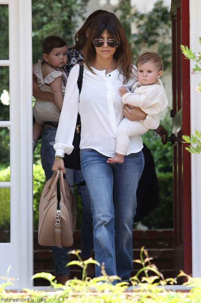 Kourtney_Kardashian_vists_friends_house_son_FGDhuMjKeN7x