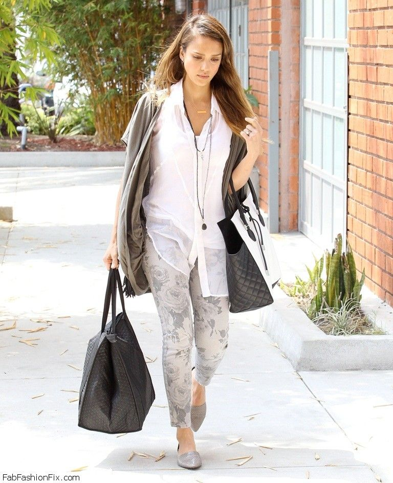 02Jessica_Alba_was_spotted_carrying_bags_from_Simple_Foods_into_er_Beverly_Hills_office_-_July_1__2013__1_