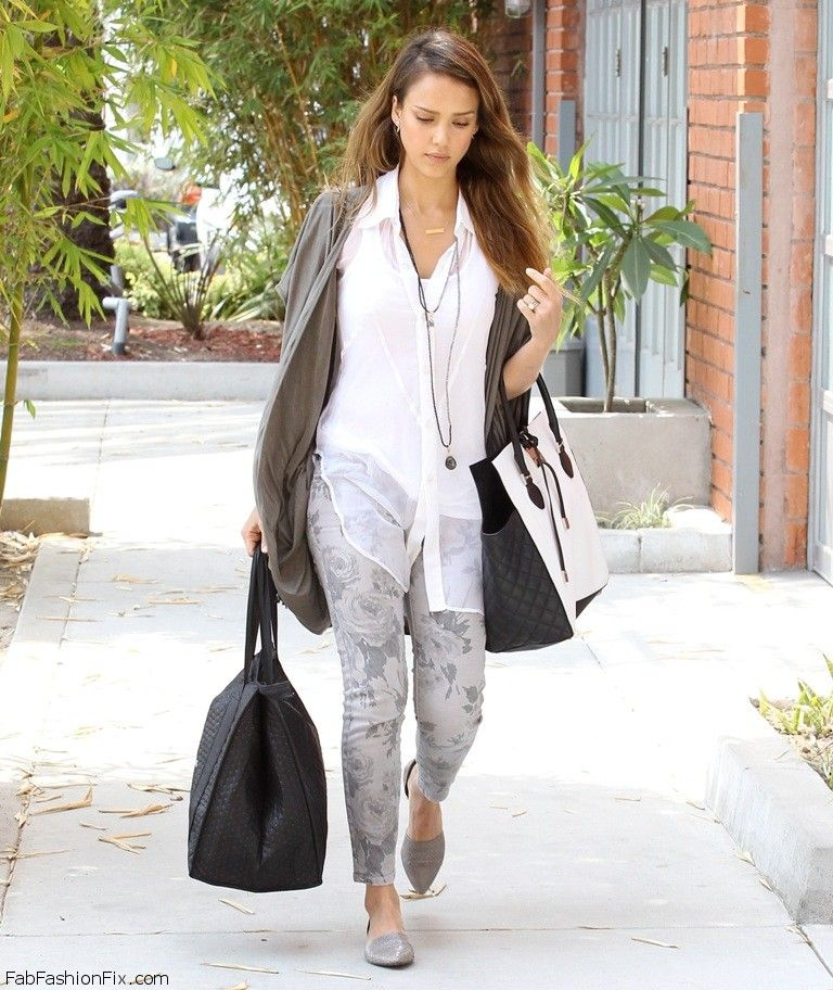 02Jessica_Alba_was_spotted_carrying_bags_from_Simple_Foods_into_er_Beverly_Hills_office_-_July_1__2013__6_