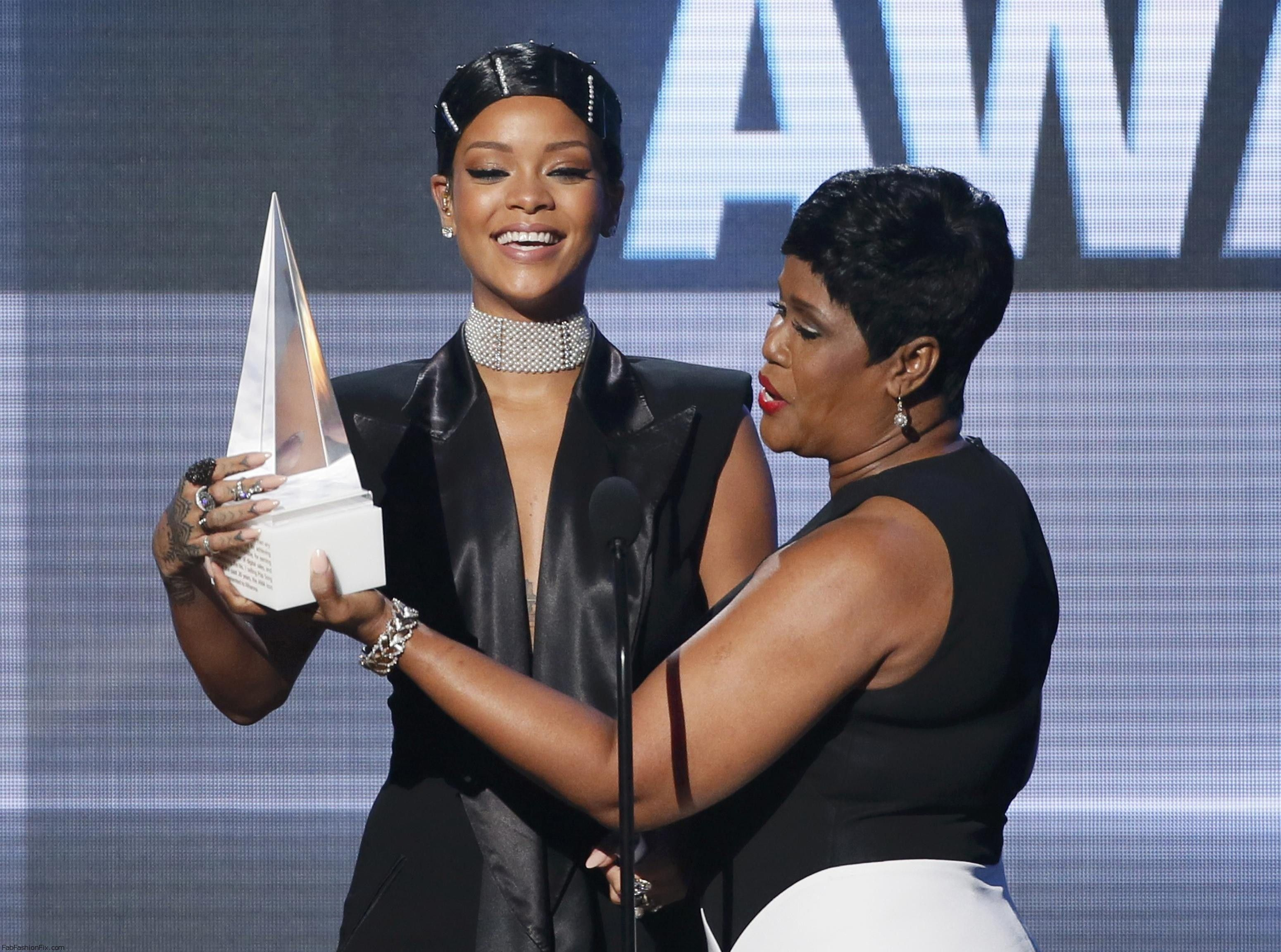 Rihanna_accepts_the_Icon_Award_from_her_mother_Monica_Fenty_at_the_41st_American_Music_Awards_in_Los_Angeles_24.11.2013_03