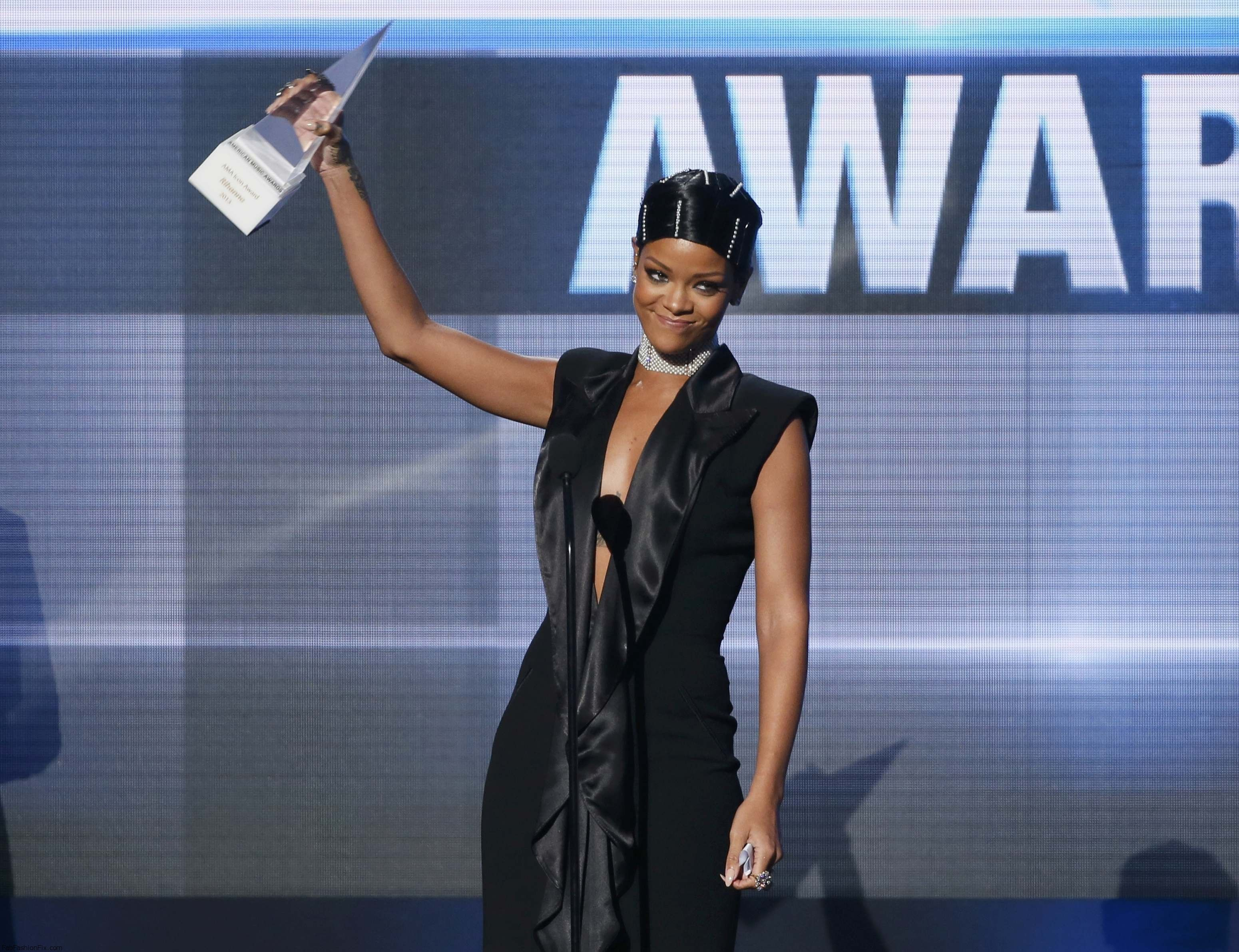 Rihanna_accepts_the_Icon_Award_from_her_mother_Monica_Fenty_at_the_41st_American_Music_Awards_in_Los_Angeles_24.11.2013_06