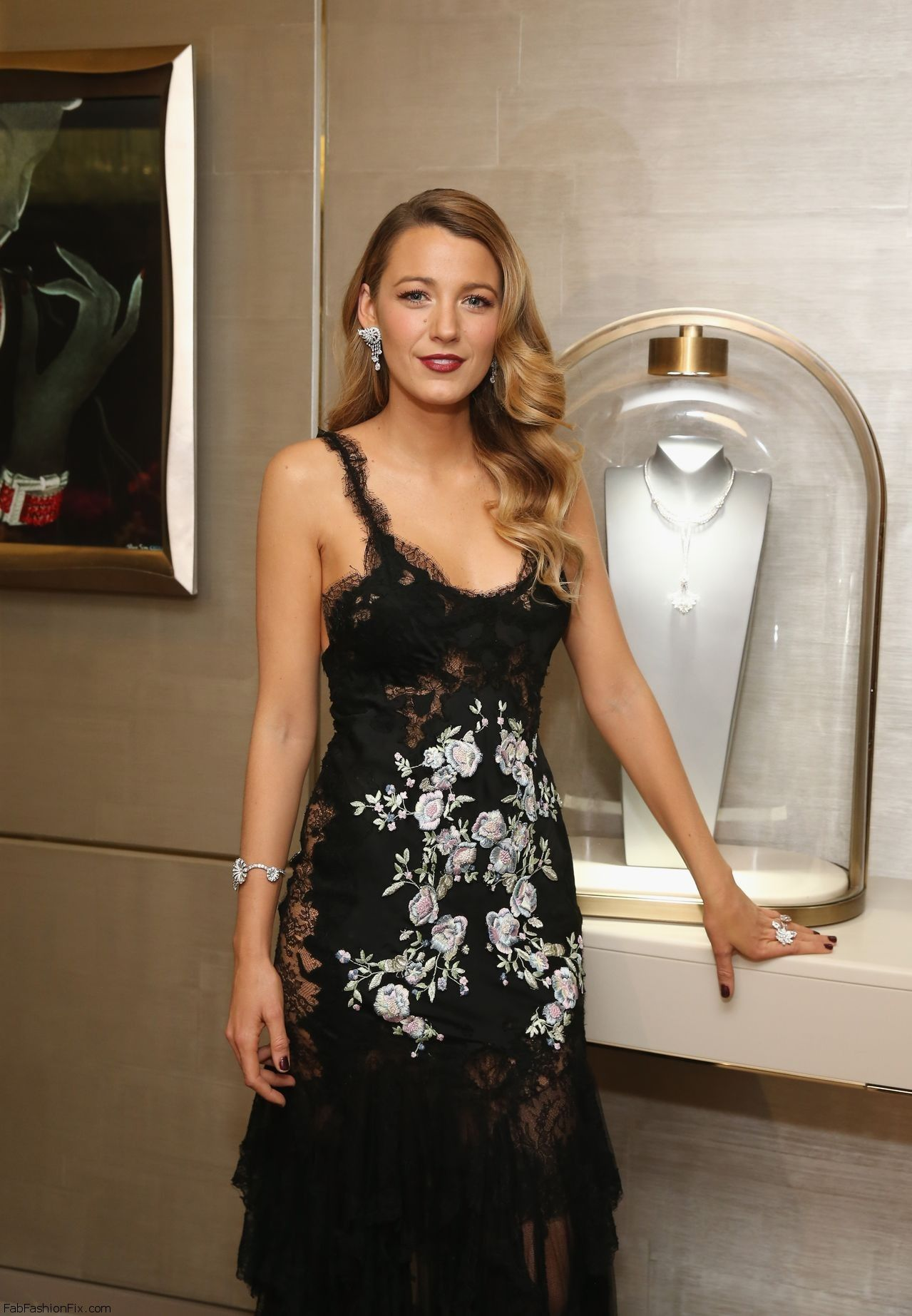 Blake_Lively_Fifth_Avenue_Unveiling121013_tcc_1