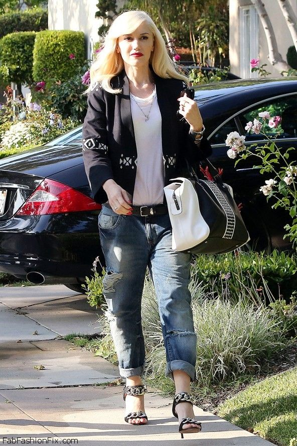 Singer Jennifer Lopez can pull off any outfit with her curvy body. She ...: http://fabfashionfix.com/style-watch-how-celebrities-wear-boyfriend-jeans-for-spring-style/