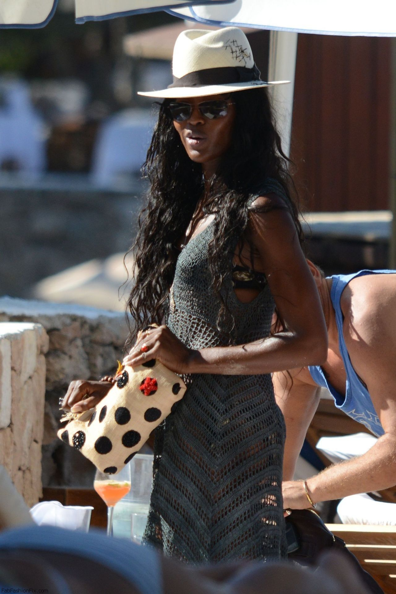 kate-moss-naomi-campbell-bikini-candids-beach-in-ibiza-june-2014_13