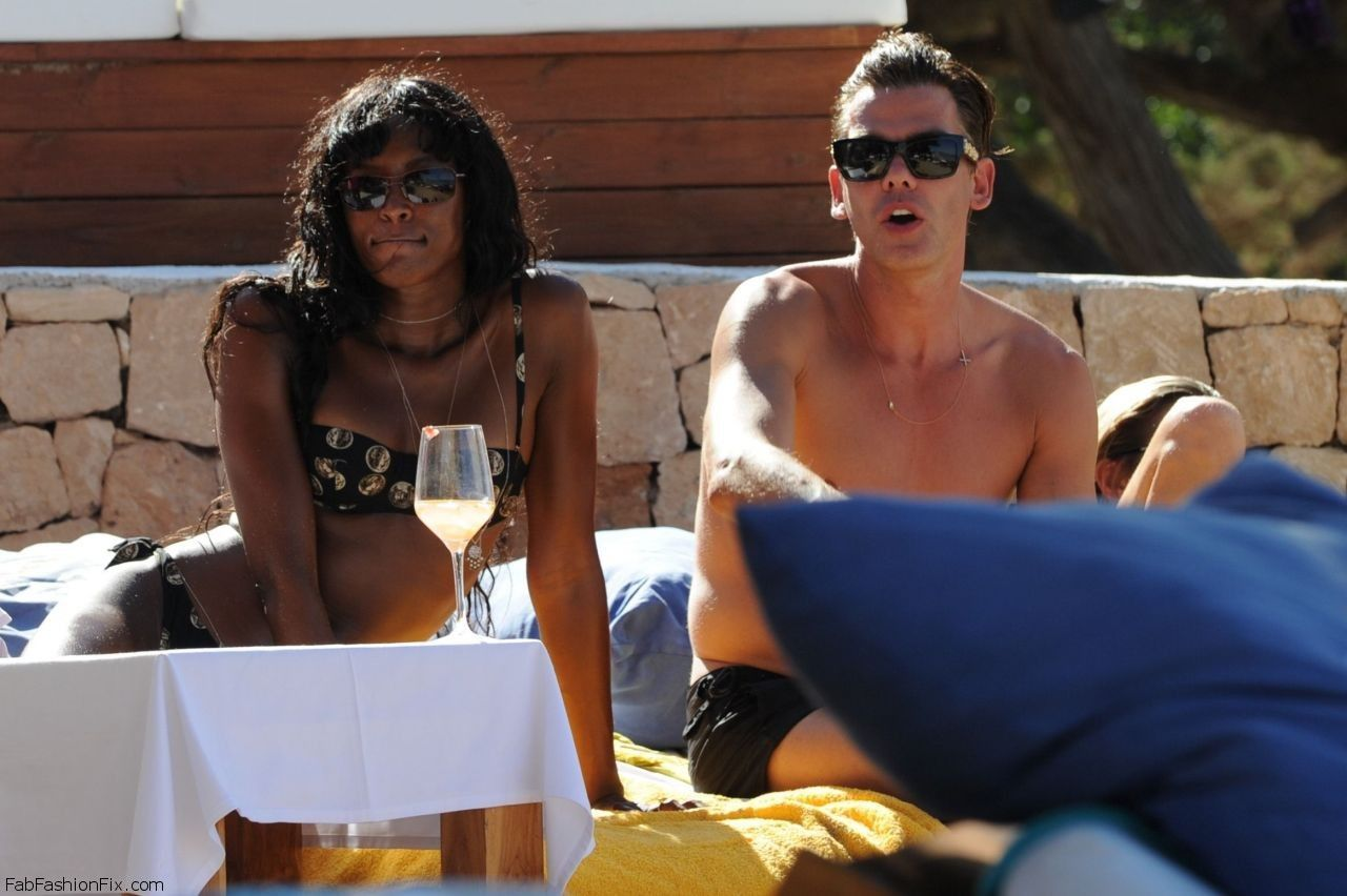 kate-moss-naomi-campbell-bikini-candids-beach-in-ibiza-june-2014_4