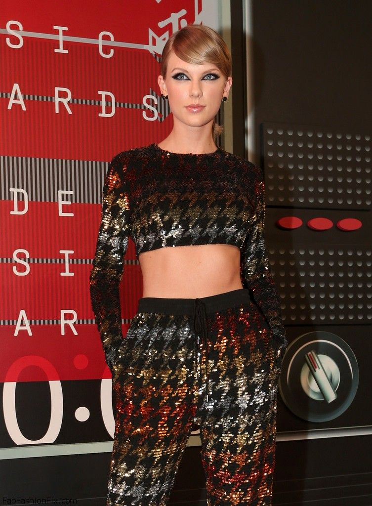 Taylor_Swift_2015_MTV_Video_Music_Awards_Red_r_5