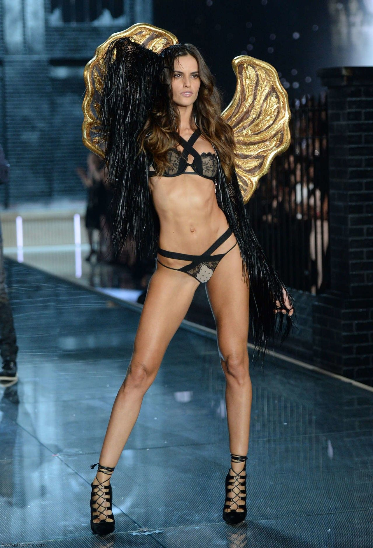 Izabel_Goulart_2015_Victorias_Secret_Fashion_Sh