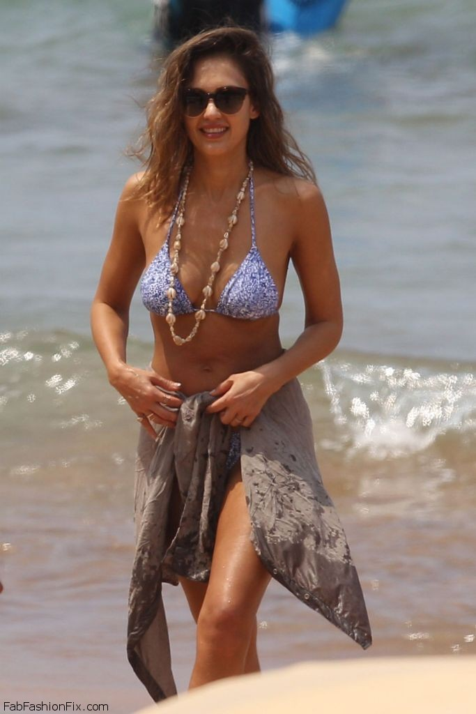 jessica-alba-hot-in-bikini-at-the-beach-in-hawaii-3-22-2016-14