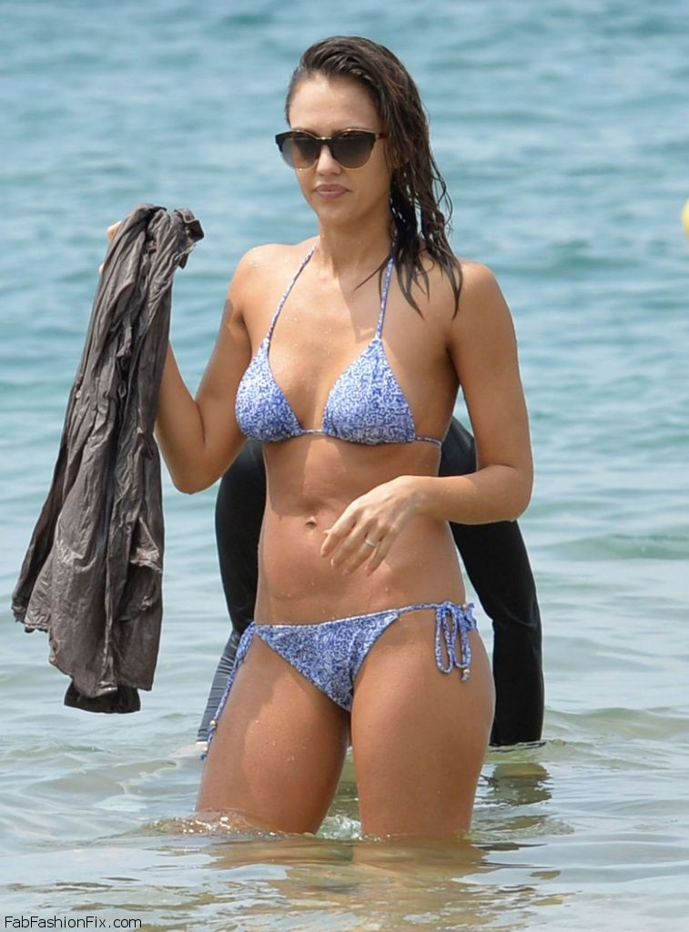 jessica-alba-hot-in-bikini-at-the-beach-in-hawaii-3-22-2016-19
