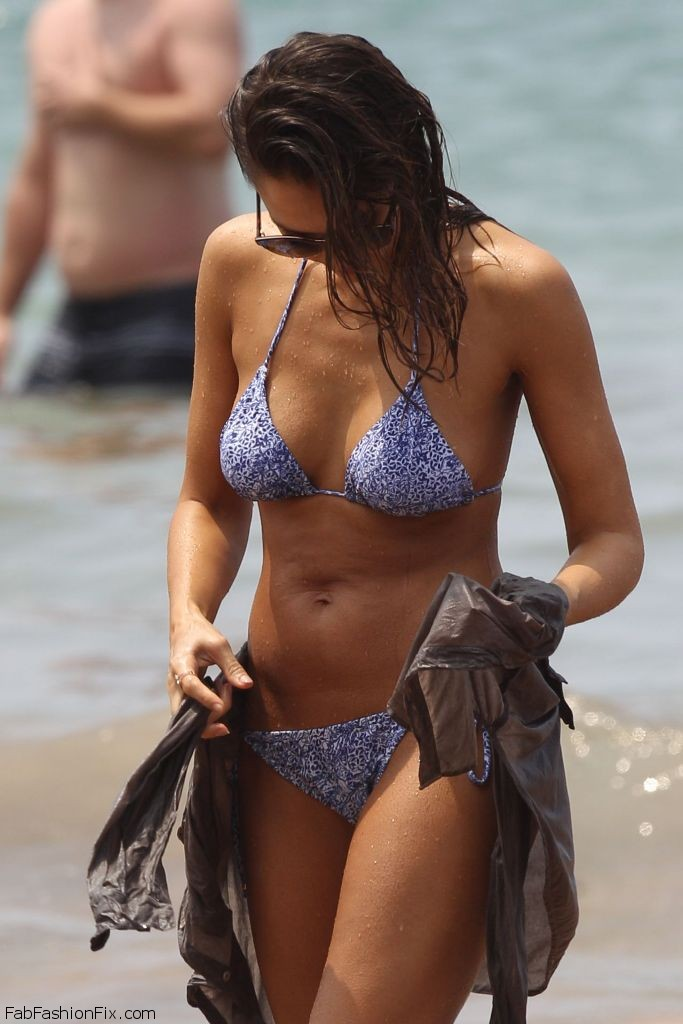 jessica-alba-hot-in-bikini-at-the-beach-in-hawaii-3-22-2016-2