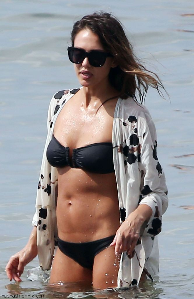 jessica-alba-in-black-bikini-hawaii-3-23-2016-1