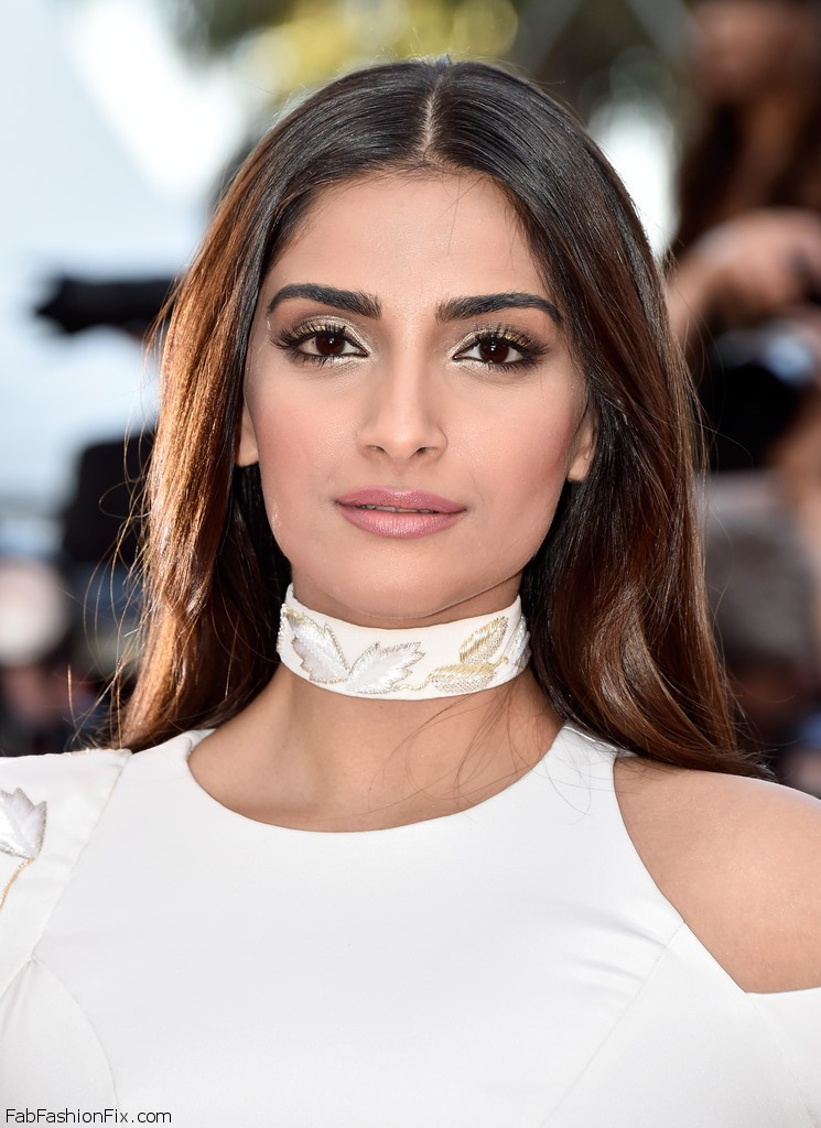 Sonam+Kapoor+Long+Hairstyles+Long+Center+Part+Fgzy0G6j7rJx