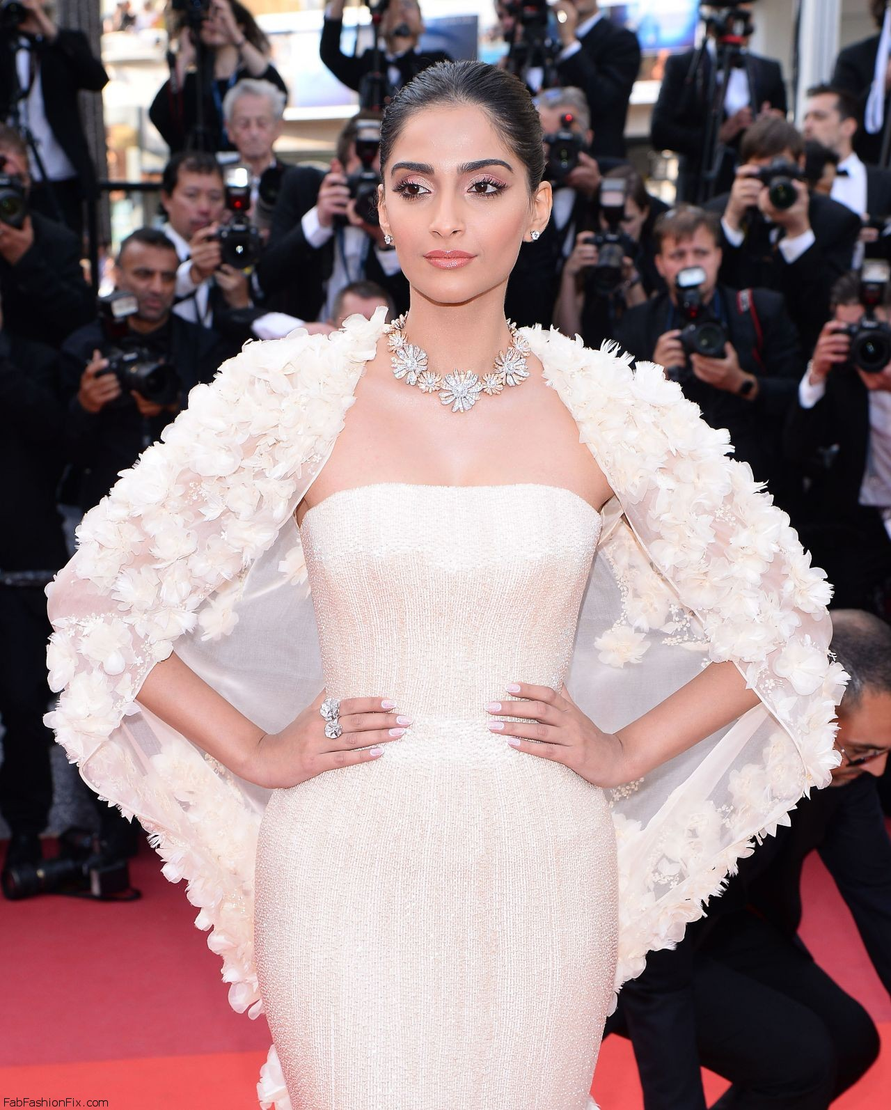 sonam-kapoor-the-loving-premiere-at-69th-cannes-film-festival-5-16-2016-1