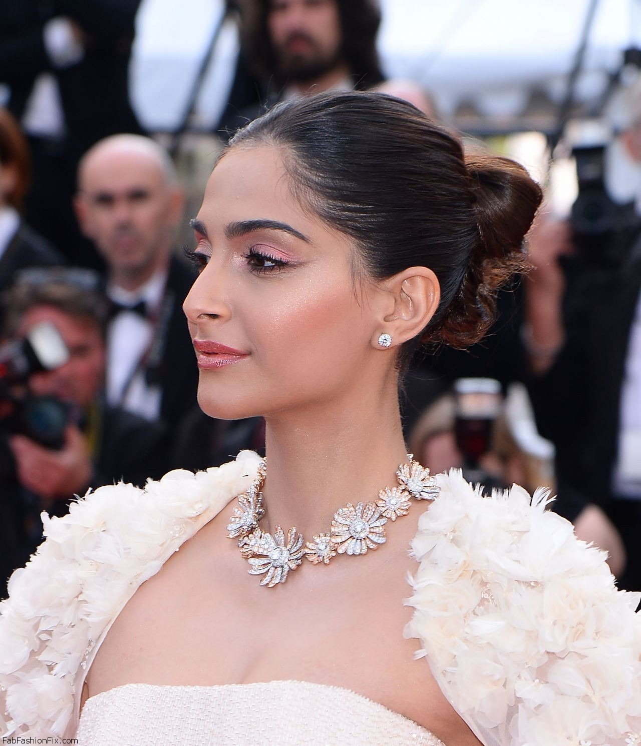 sonam-kapoor-the-loving-premiere-at-69th-cannes-film-festival-5-16-2016-4