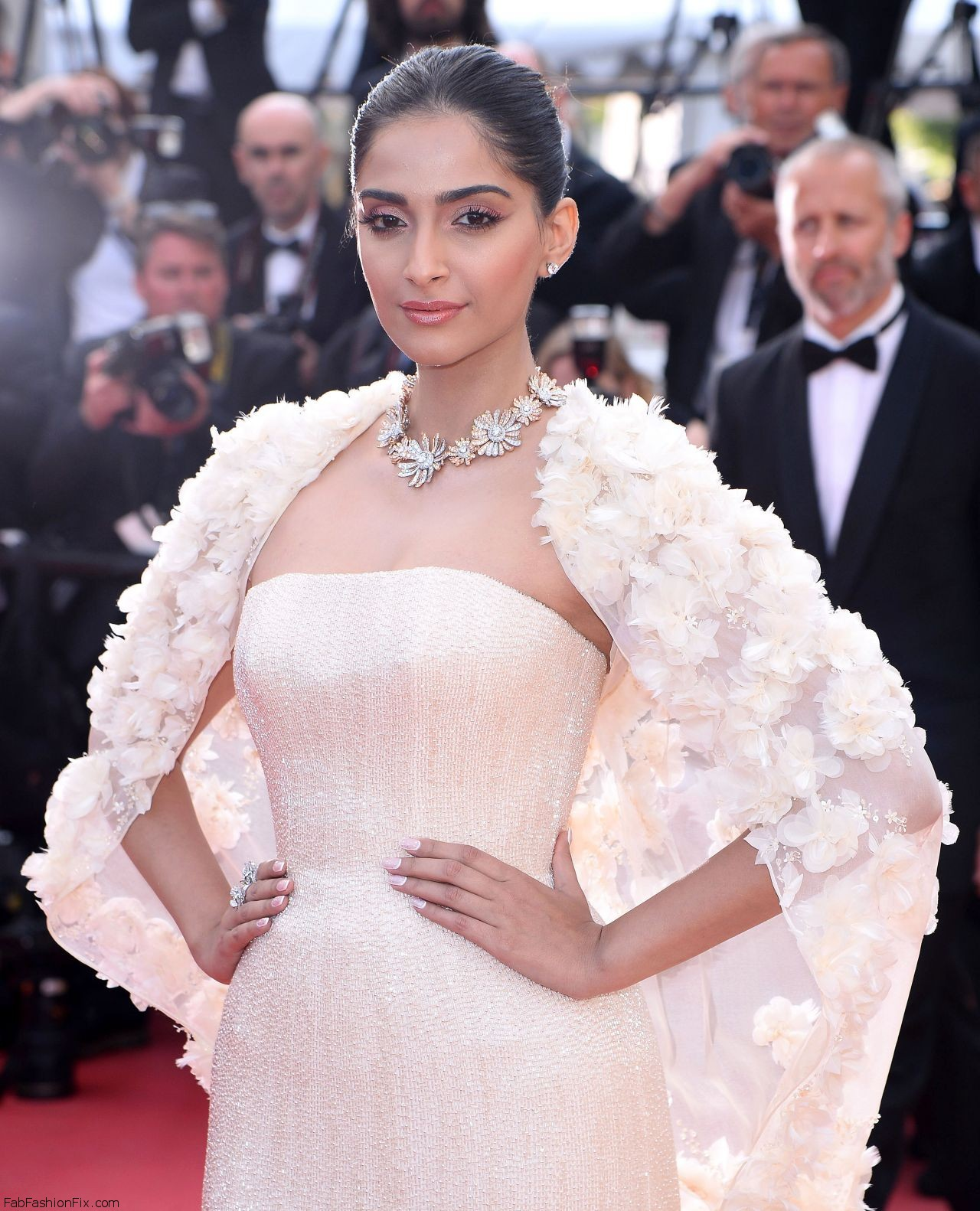 sonam-kapoor-the-loving-premiere-at-69th-cannes-film-festival-5-16-2016-5