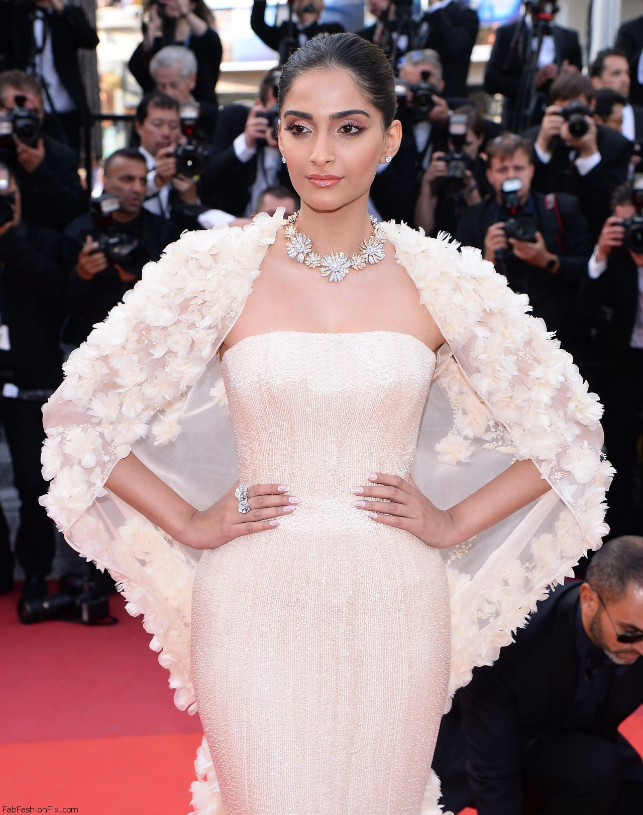 sonam-kapoor-the-loving-premiere-at-69th-cannes-film-festival-5-16-2016-6