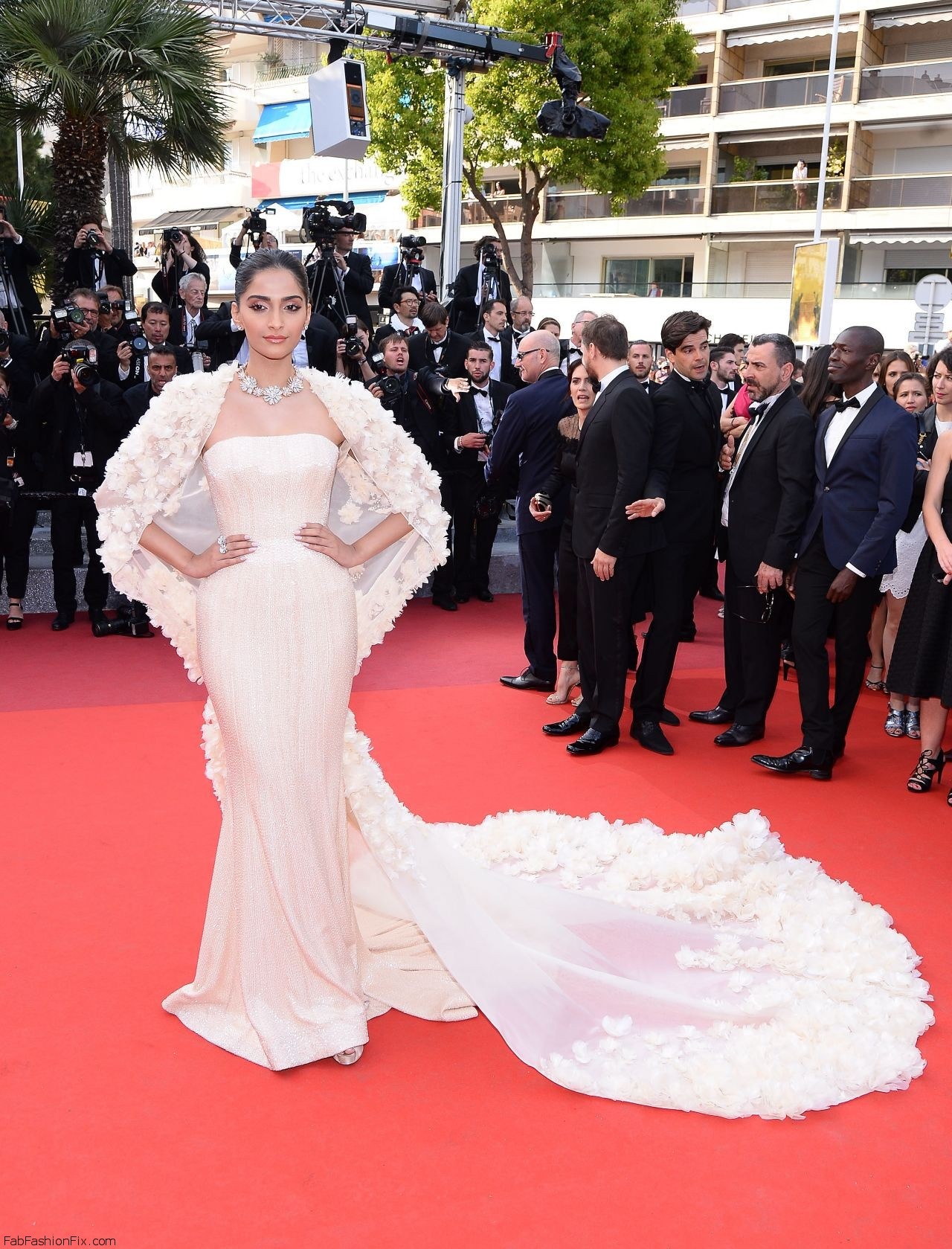 sonam-kapoor-the-loving-premiere-at-69th-cannes-film-festival-5-16-2016-8