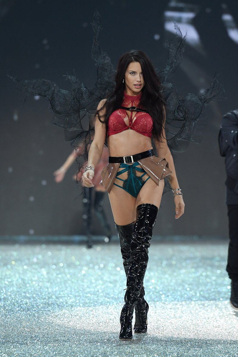 adriana-lima-vs-fashion-show-2