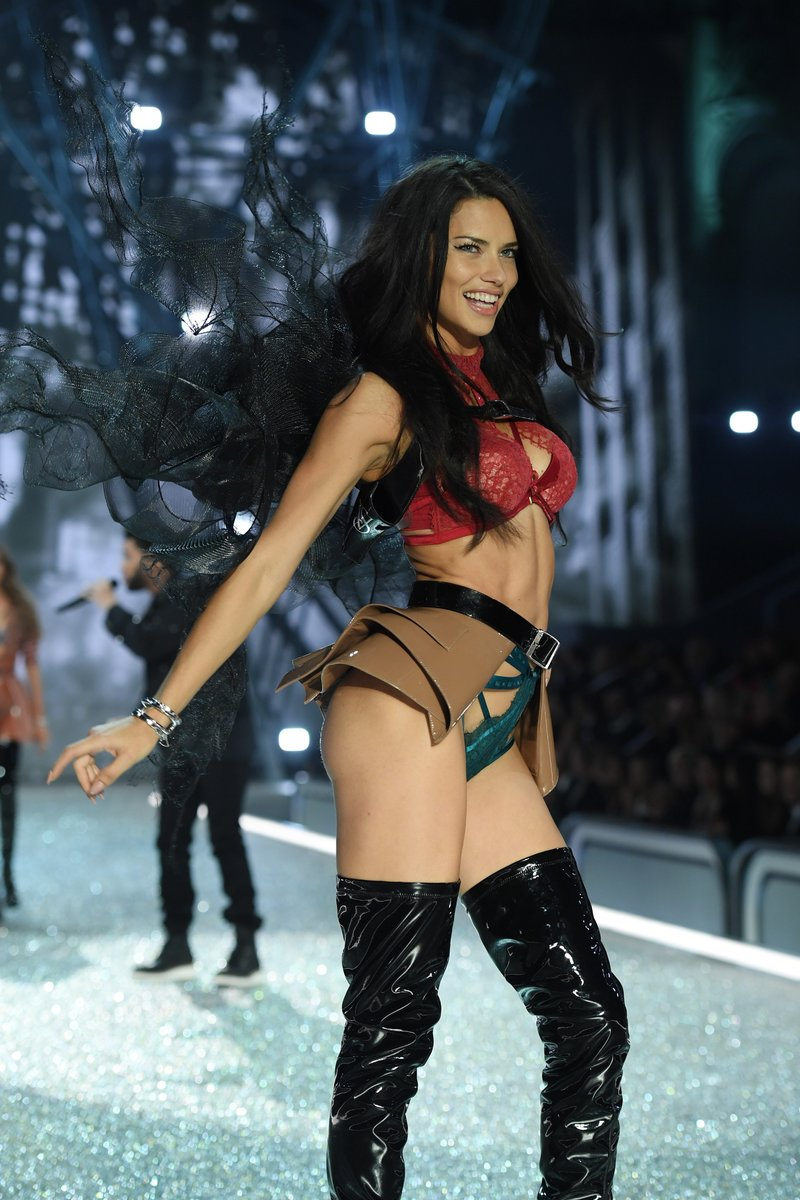 adriana-lima-vs-fashion-show-4