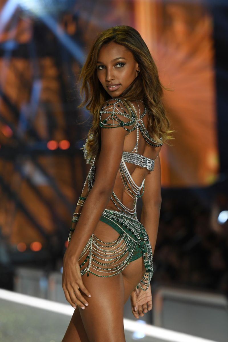 jasmine-tookes-at-victoria-s-secret-2016-fashion-show-in-paris-11-30-2016_8