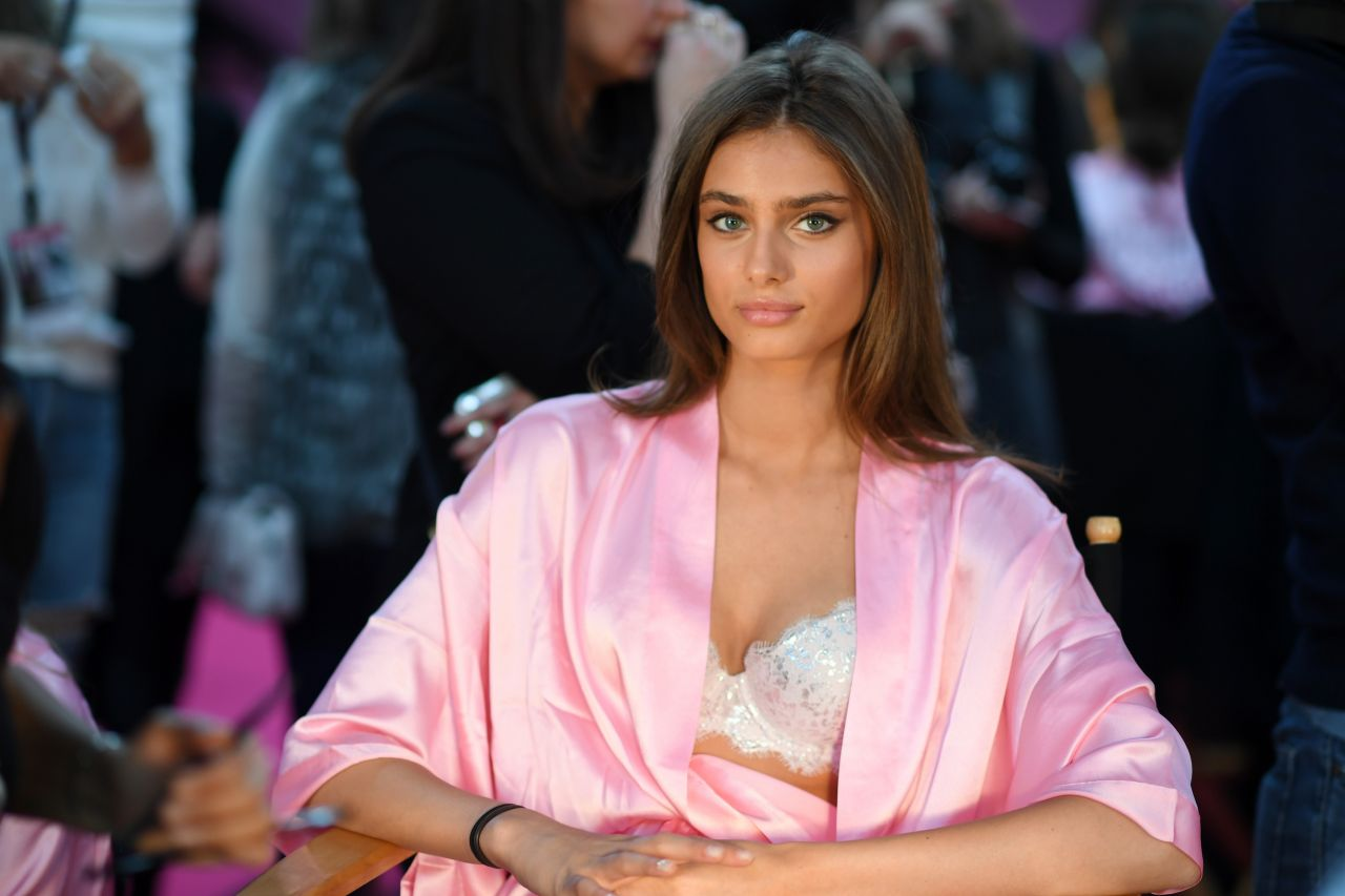taylor-hill-victoria-s-secret-fashion-show-2016-backstage-2