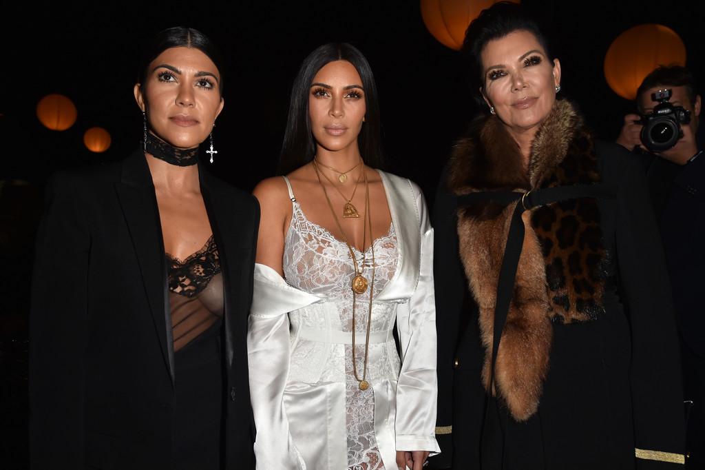 Kim+Kardashian+Givenchy+Front+Row+Paris+Fashion+8Y4Y3qXnOuQx
