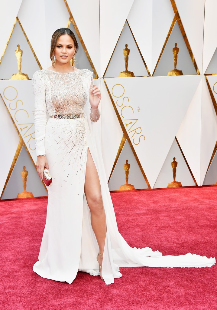 Chrissy_Teigen_89th_Annual_Academy_Awards_4oX3KzqKexzx