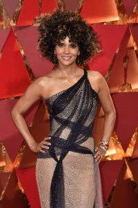 halle-berry-oscars-2017-red-carpet-in-hollywood-1