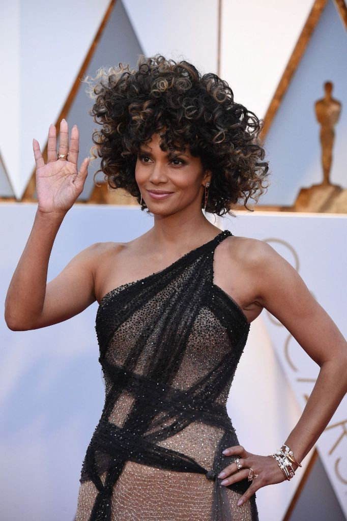 halle-berry-oscars-2017-red-carpet-in-hollywood-10
