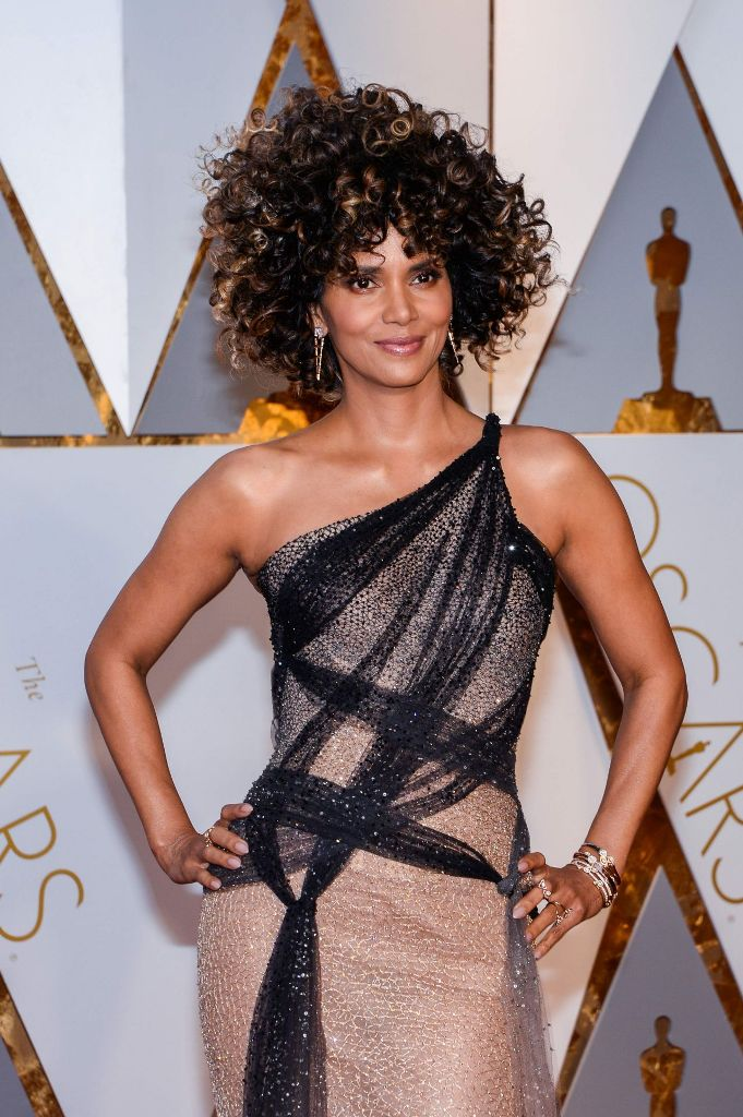 halle-berry-oscars-2017-red-carpet-in-hollywood-14