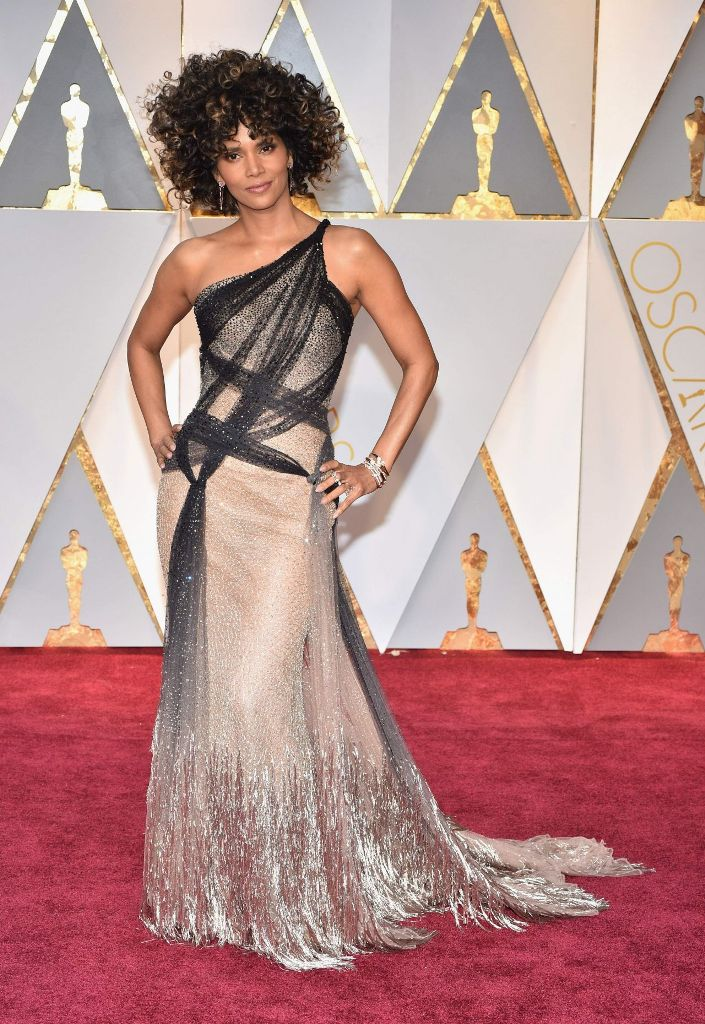 halle-berry-oscars-2017-red-carpet-in-hollywood-15