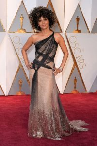 halle-berry-oscars-2017-red-carpet-in-hollywood-2