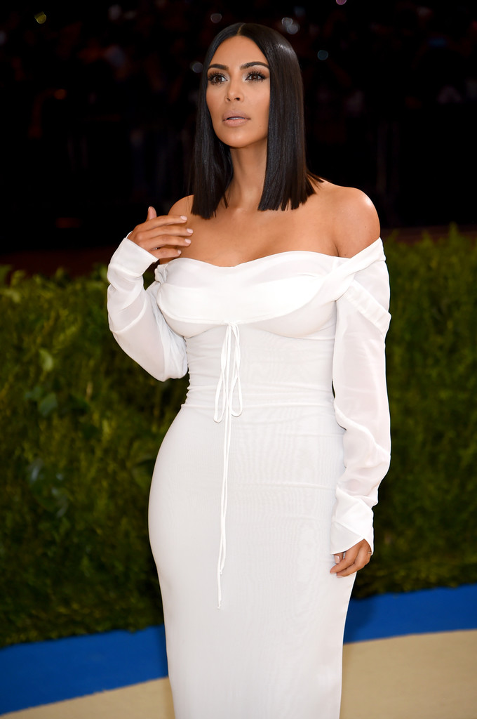 Kim_Kardashian_Rei_Kawakubo_Comme_des_Garcons_4NXidDv_E22x