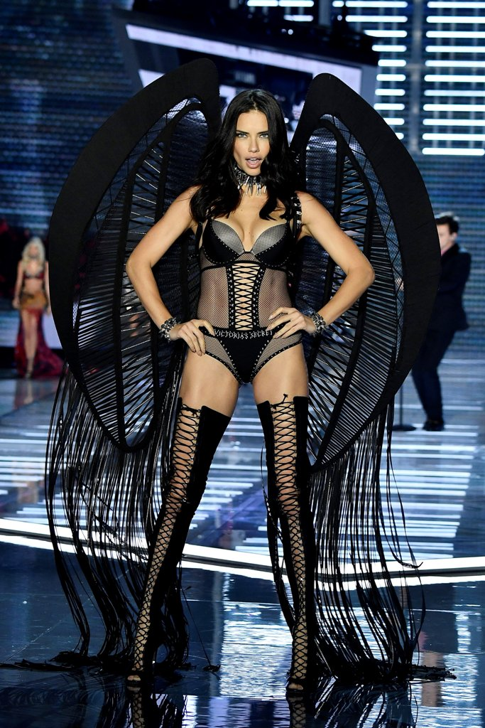 Adriana-Lima-Victorias-Secret-Fashion-Show-2017-4