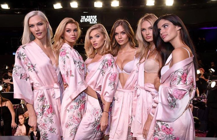 victorias-secret-models-backstage-adriana-karlie-2