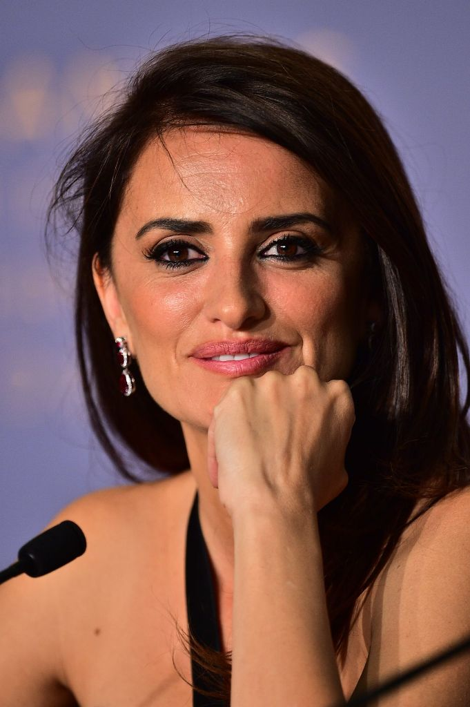 penelope-cruz-everybody-knows-press-conference-at-cannes-film-festival-12